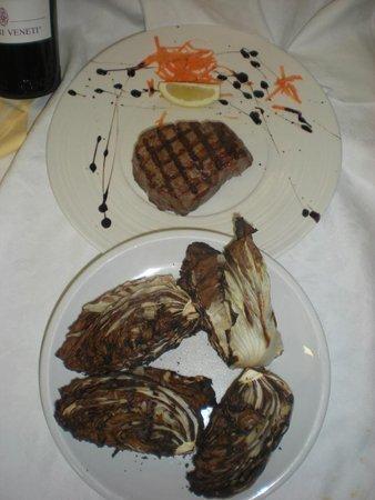 piatto di carne alla griglia con verdure