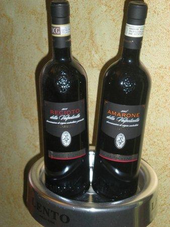 due bottiglie di vino recioto e amarone