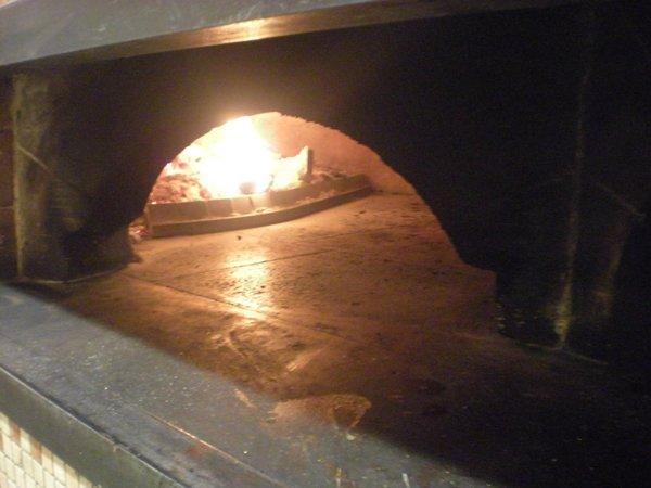 vista di un forno a legna acceso