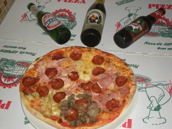 pizza salame piccante funghi e prosciutto con tre birre