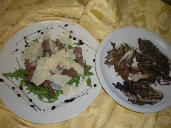 tagliata con rucola grana e piatto di verdure grigliate