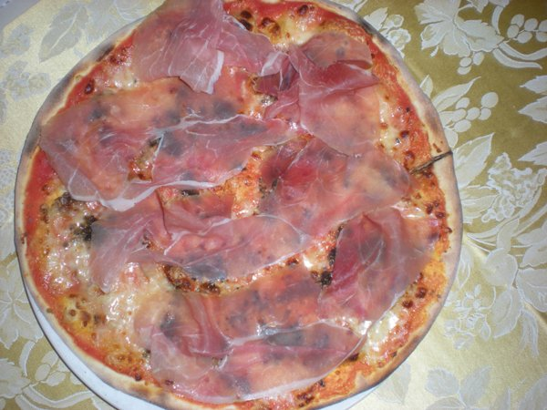 pizza con prosciutto crudo all`uscita e funghi