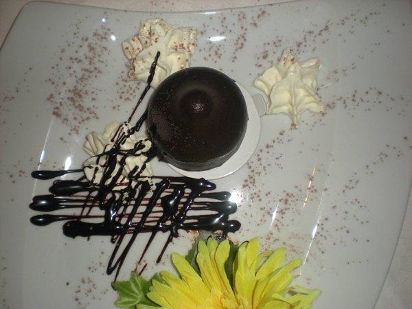piatto di tenerina al cioccolato con panna
