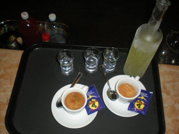 caffe espresso e limoncello pronti da servire al tavolo
