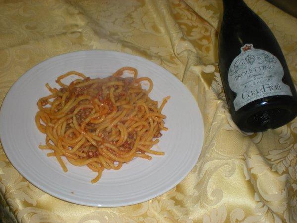 piatto di spaghetti con bottiglia di vino