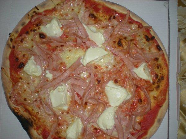 pizza con mozzarella di bufala e straccetti di prosciutto