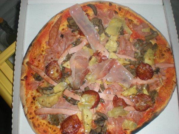pizza farcita dentro un cartone