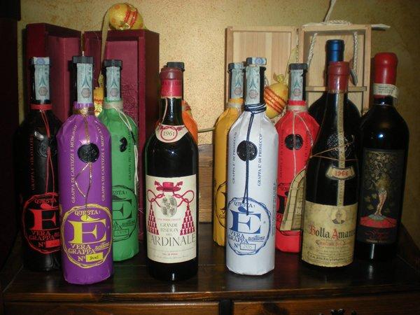 selezione di vini con bottiglie colorate