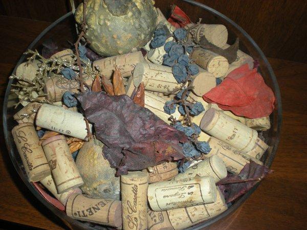 tappi di bottiglie di vino in un cestino