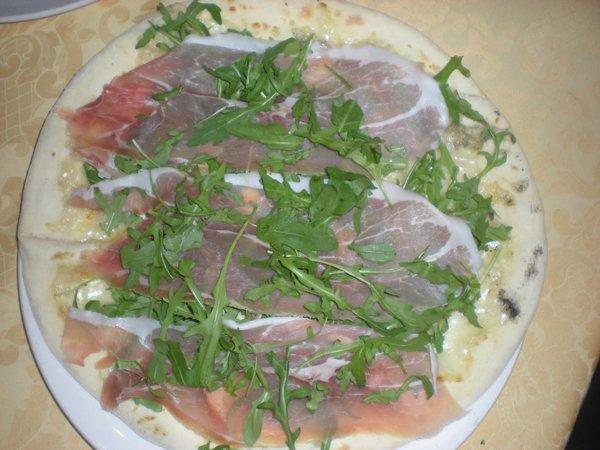 pasta di pizza con prosciutto e rucola