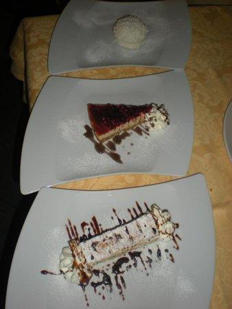 piatti con diversi tipi di dolci
