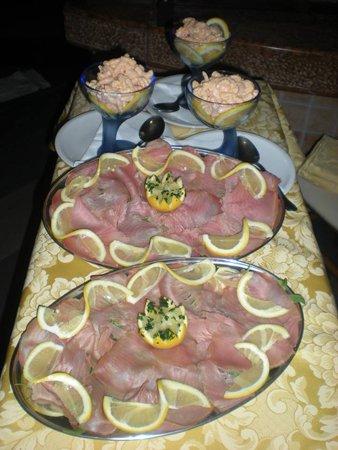 vassoi di carpaccio e coppe di gamberi in salsa rosa