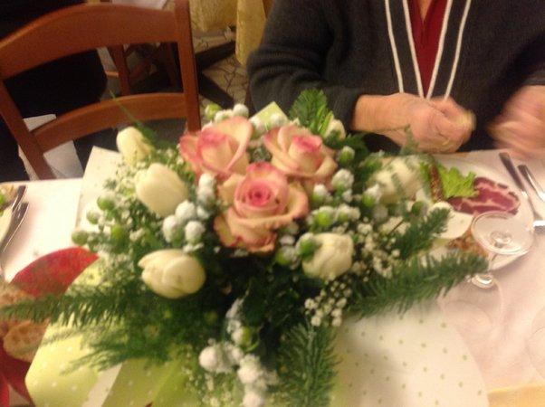mazzo di fiori sul tavolo per evento speciale