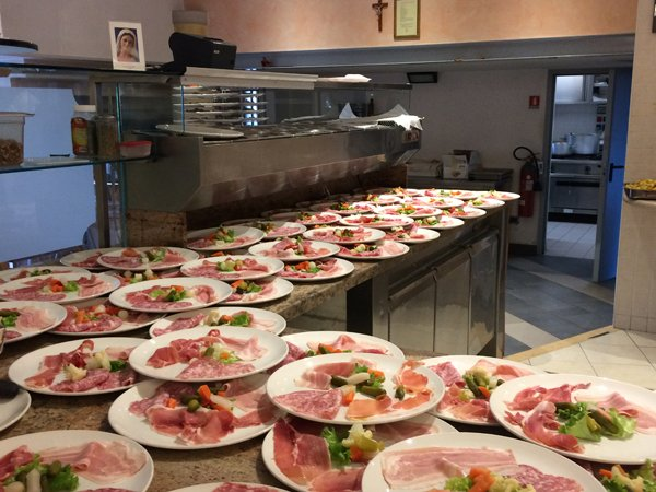 cucina con piatti pronti