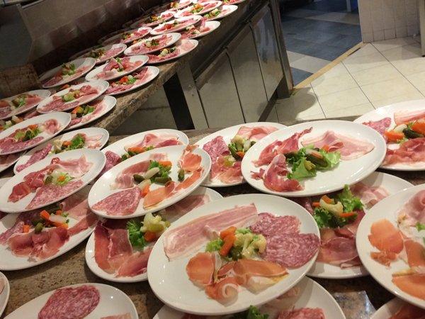 piatti pronti da servire in cucina