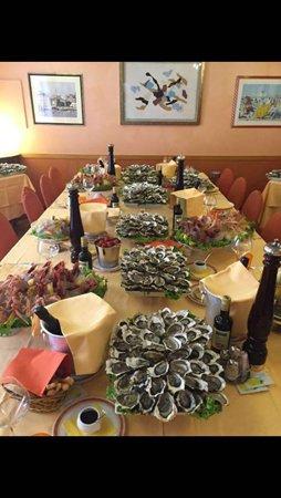 tavolo apparecchiato con fiori al centro