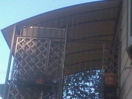 una veranda con tenda