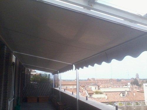 terrazzo con tenda da sole
