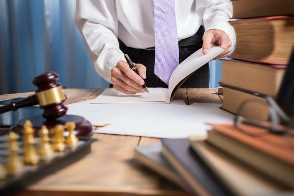 avvocato che firma dei fogli