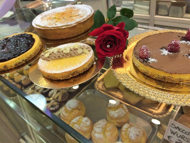 Una vetrina con delle torte e dei dolci