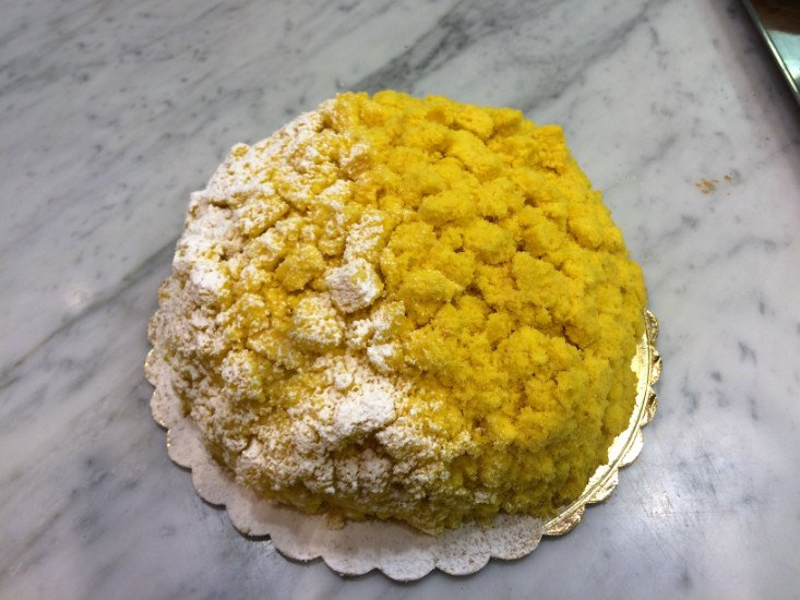 una torta di color giallo