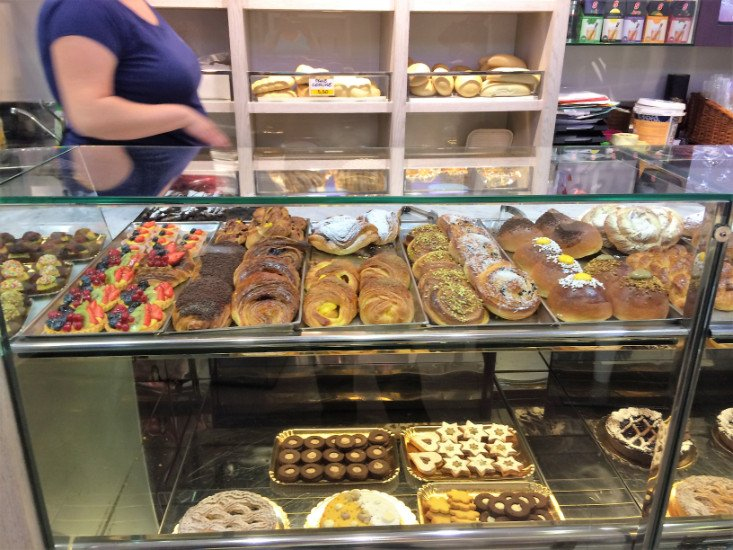 Una vetrina con dei biscotti e altri dolci