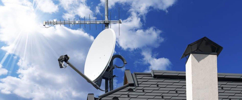 Una parabola satellitare installata su un tetto