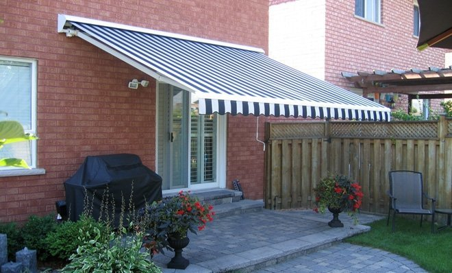The slope of the Adalia Plus awning is easily adjusted with just a hand crank (no ladders or tools required).