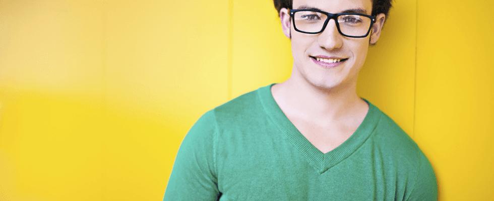 ragazzo  con occhiali