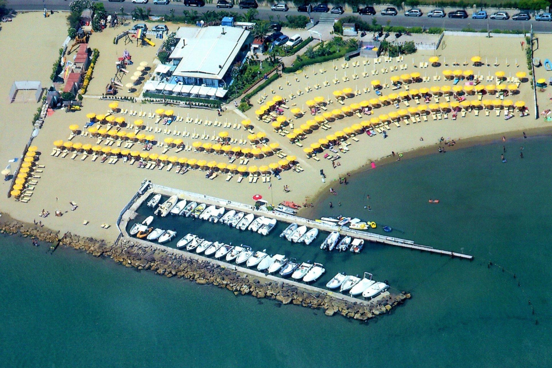 vista angolare della spiaggia