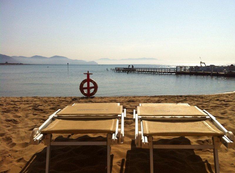 vista frontale lettini in spiaggia
