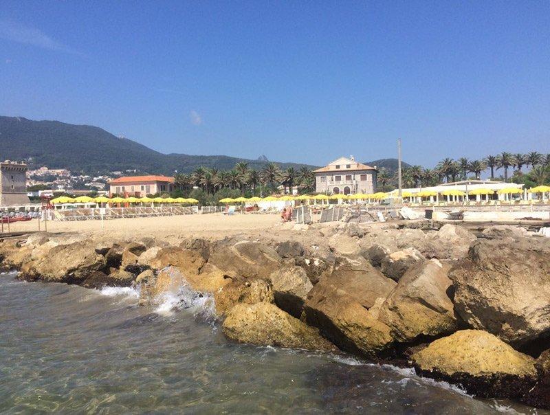 Spiaggia con le montagne sullo sfondo