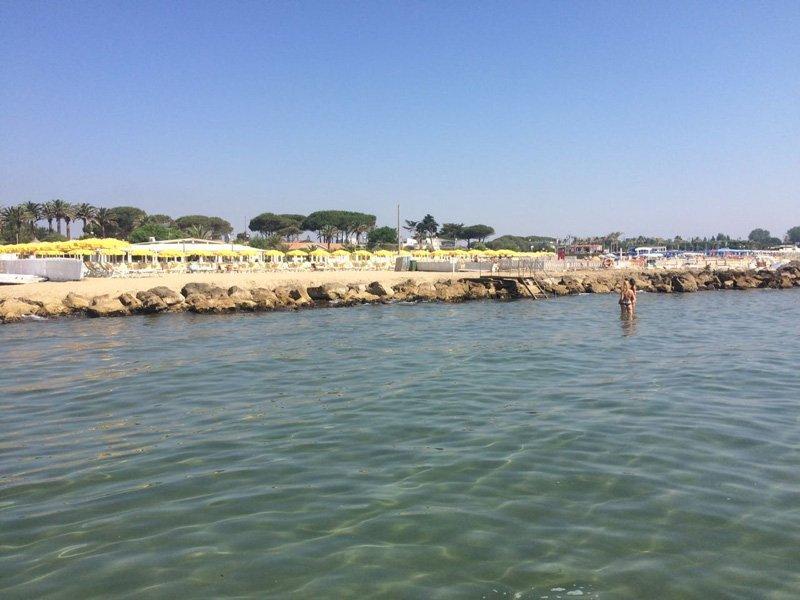 vista laterale della spiaggia