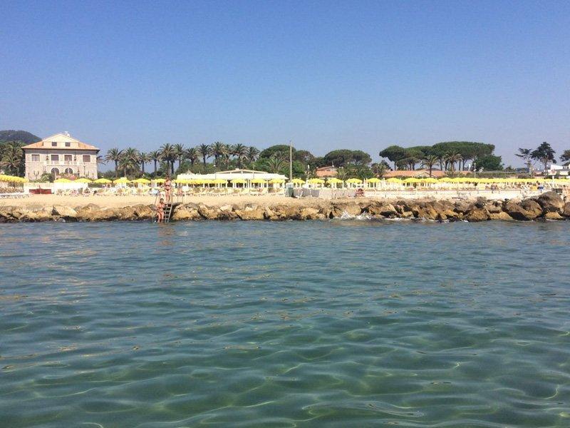 vista frontale della spiaggia