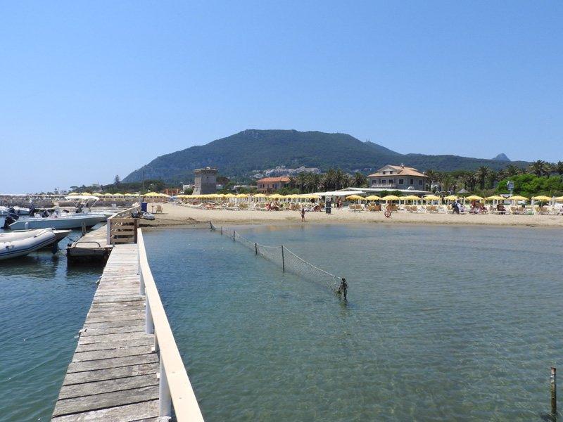 molo per attracco barche sul lungomare del Circeo
