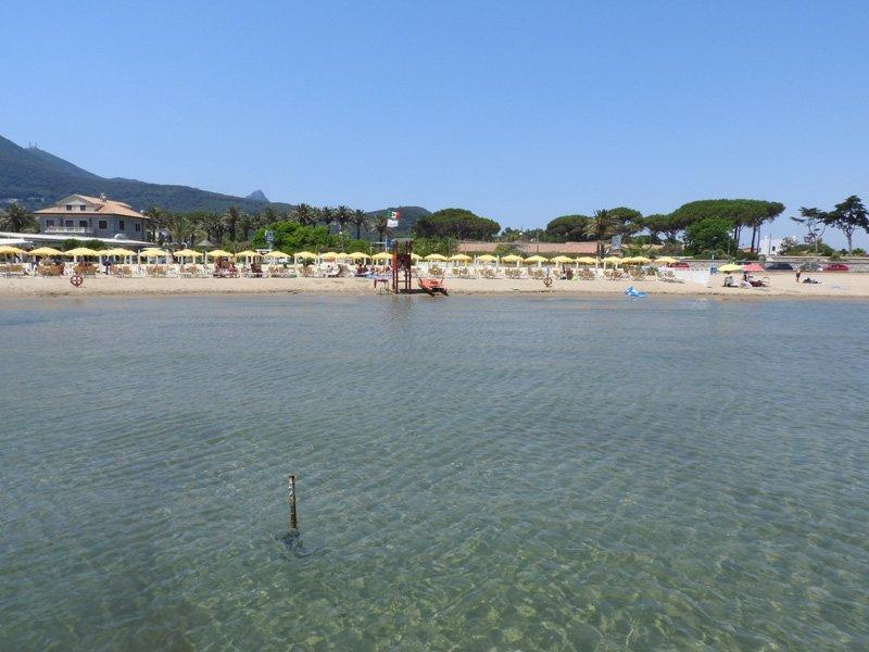 vista della spiaggia dal mare Circeo
