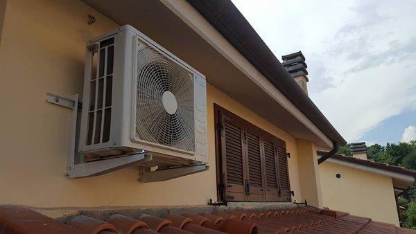 motore aria condizionata attaccato al muro esterno