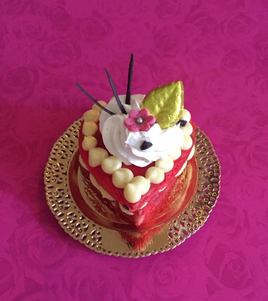 fetta di torta alla fragola e panna