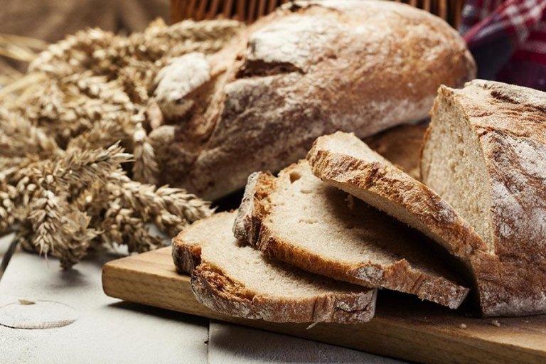 pane toscano a fette su un tagliere