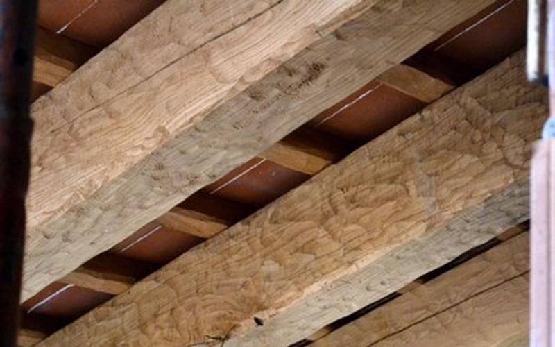 Oak beams with antique-effect edge