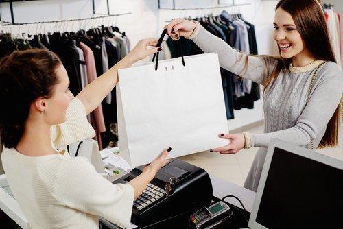 donne scambiandosi borsa