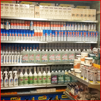 assortimento prodotti per la pulizia degli animali