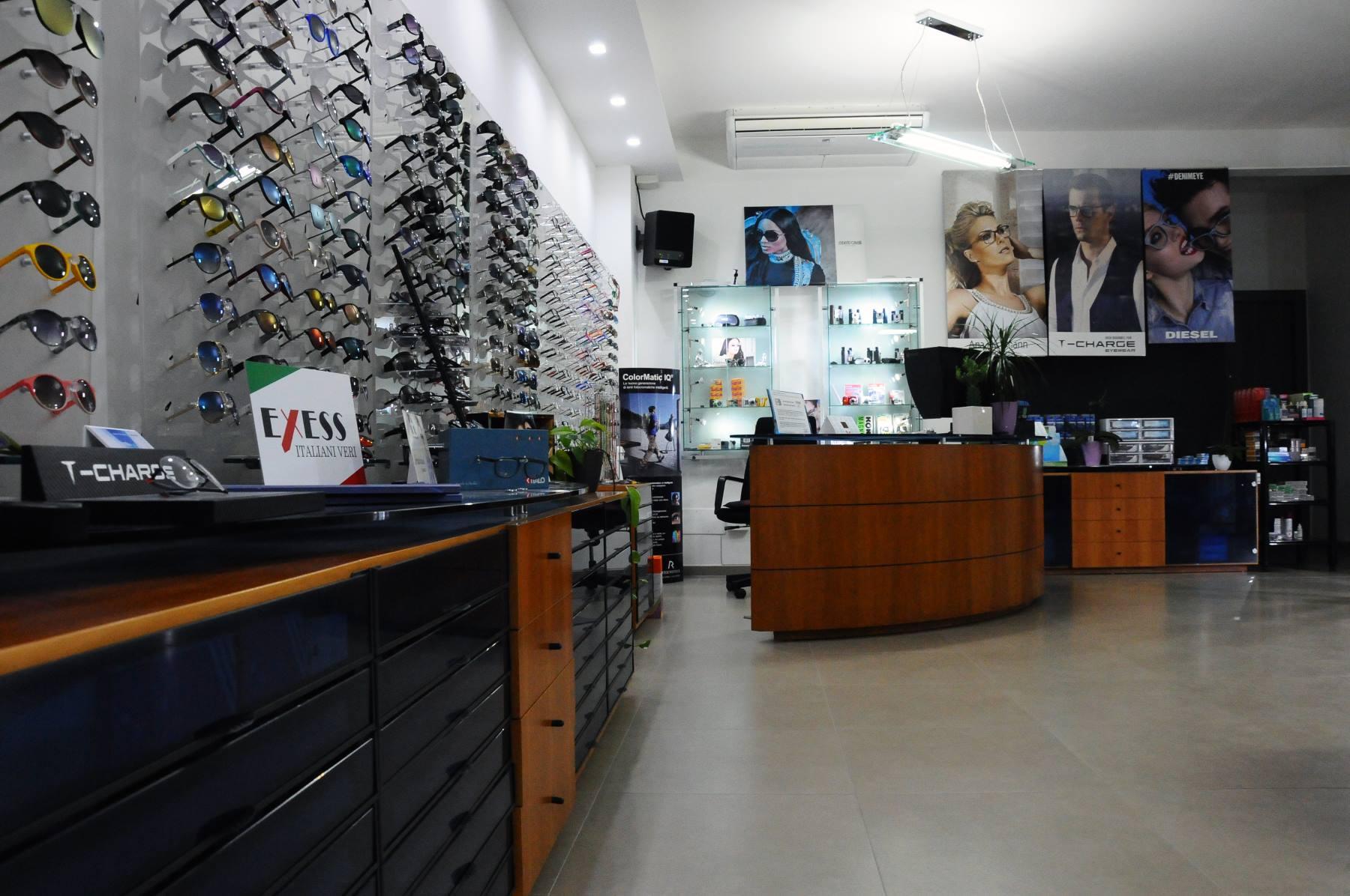 Panorama del business dove abbiamo servizio di assistenza  e un gran numero di occhiali da sole in esercenti
