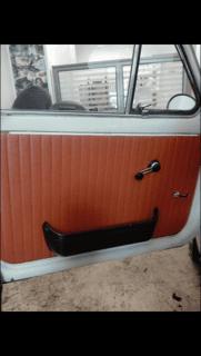 portiera di un auto tappezzata di colore marrone