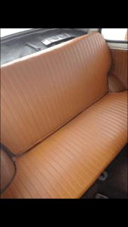 sedile posteriore di un auto di colore beige