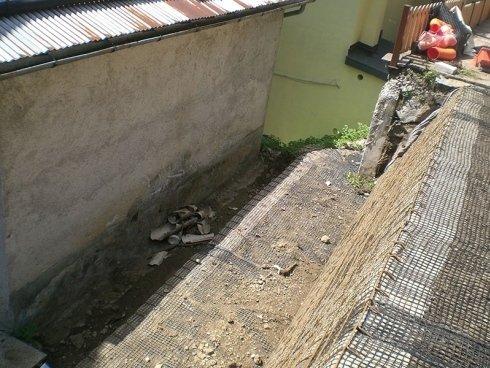 edificazione con muro di contegno