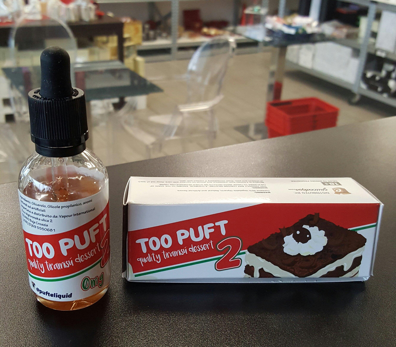una boccetta di liquido per sigarette elettroniche vicino alla scatola che la contiene