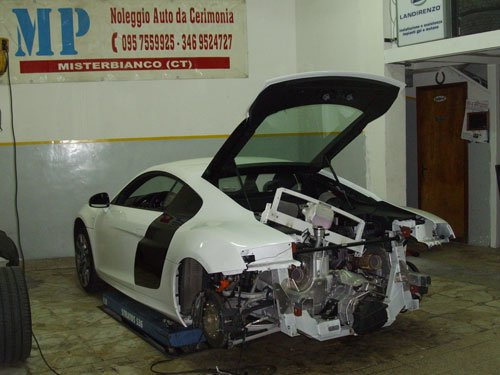 una macchina sportiva bianca vista dal dietro con tutto smontato