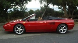 una Ferrari Testarossa vista di lato