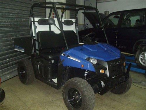 una mini jeep di color blu